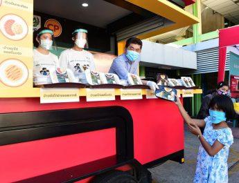 CEO ซีพีเอฟ ลงพื้นที่บางพลัด นำ CPF Food Truck เสิร์ฟอาหารอุ่นร้อนพร้อมทานสู่ชุมชน ครั้งที่ 11